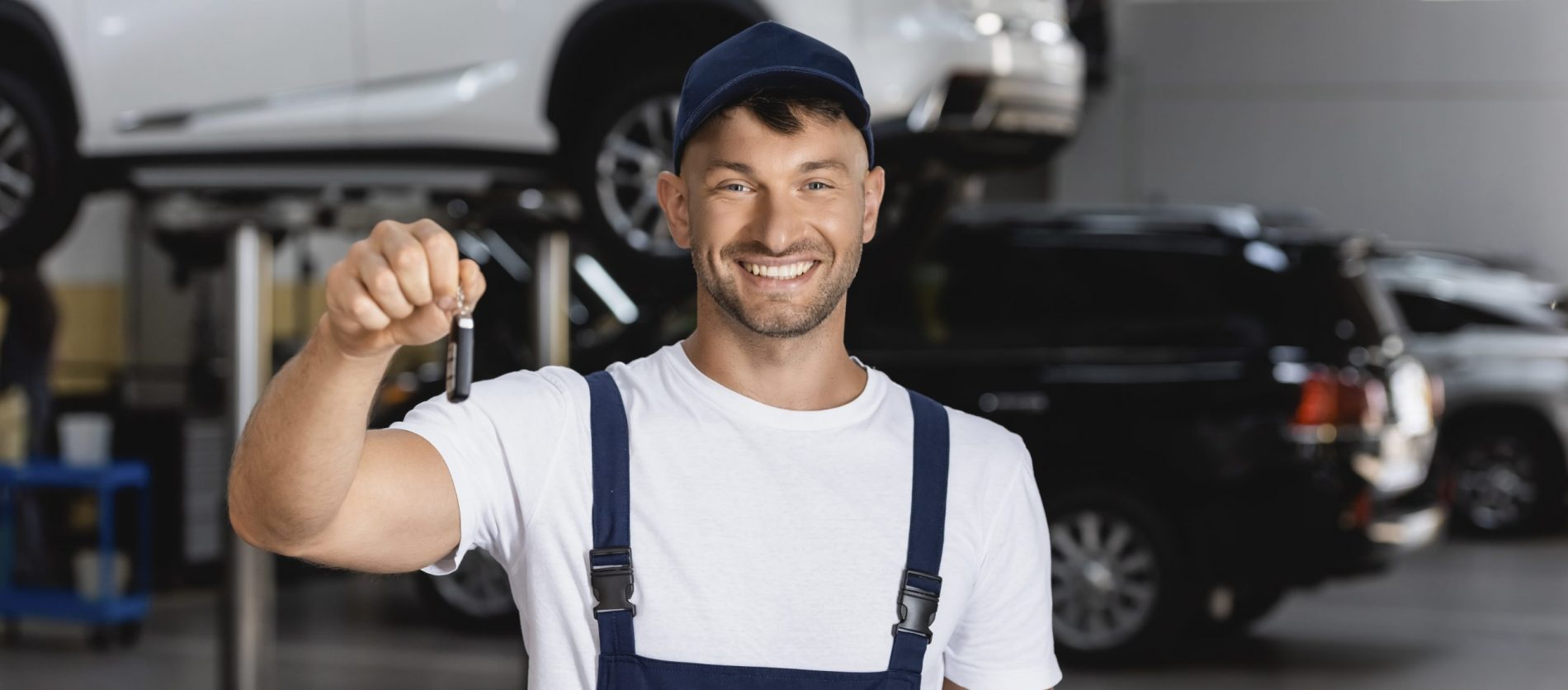 Mekaniker med bil nøgle