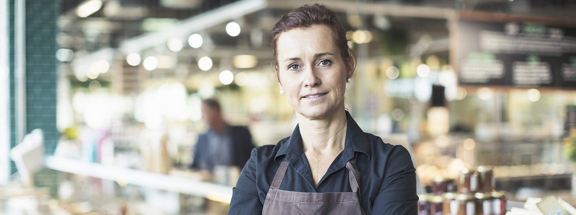 Kvindelig medarbejder i dagligvarebutik