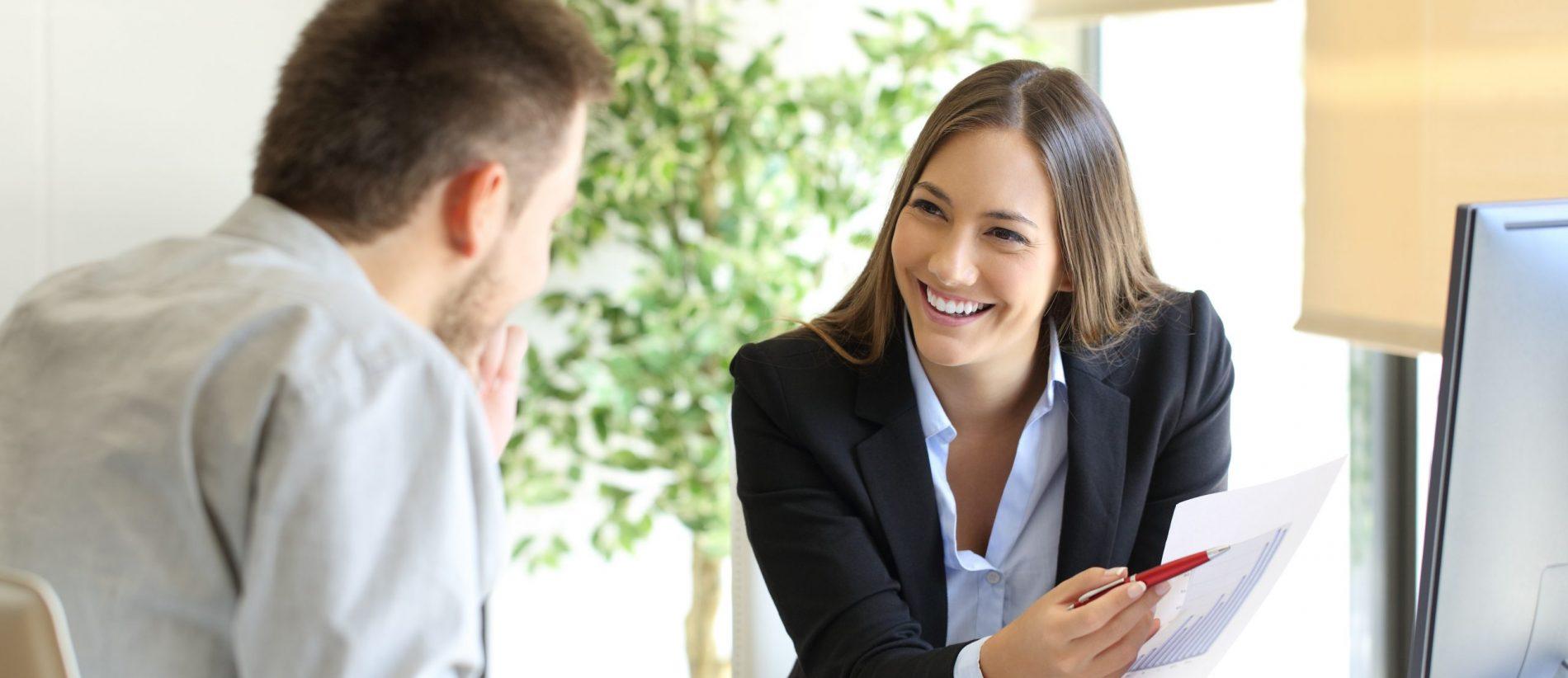 forretningskvinde giver rådgivning til kunde