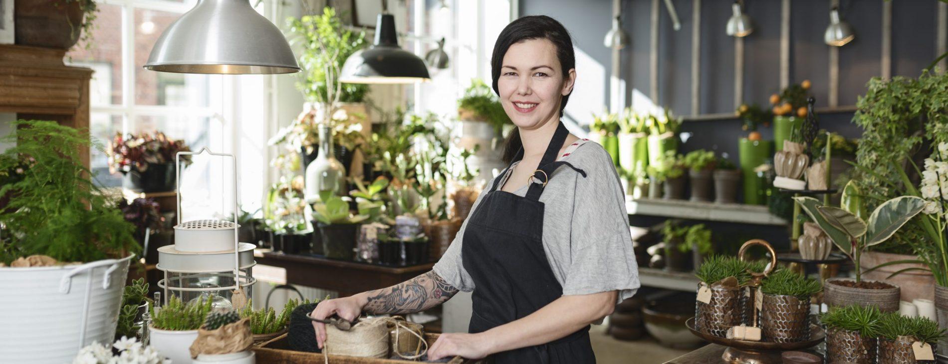Kvinde arbejder i blomsterbutik