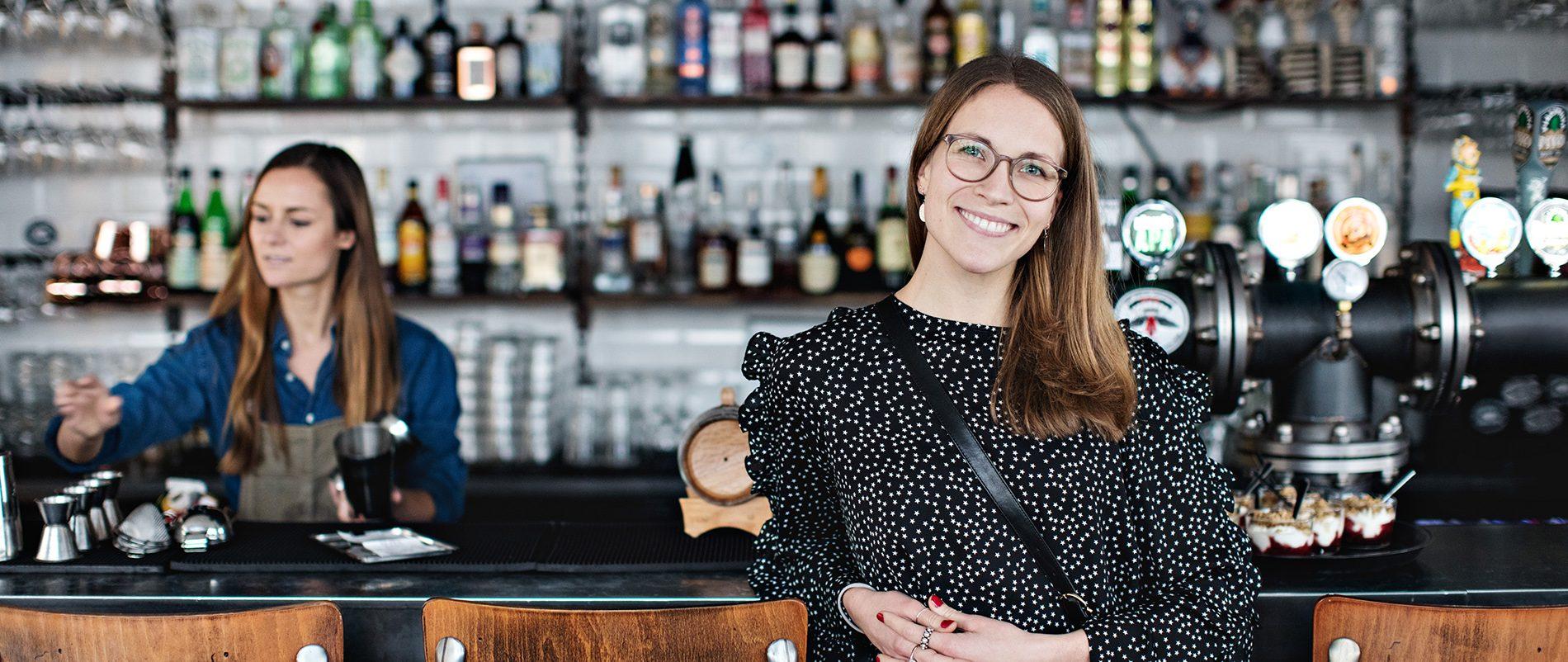 To kvinder arbejder på restaurant